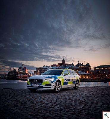 Volvo_V90_police_car_resize